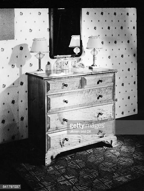Maplewood commode made by Eleanor Roosevelts furniture industry in Val Kill Published by 'Dame' 18/1934Vintage property of ullstein bild