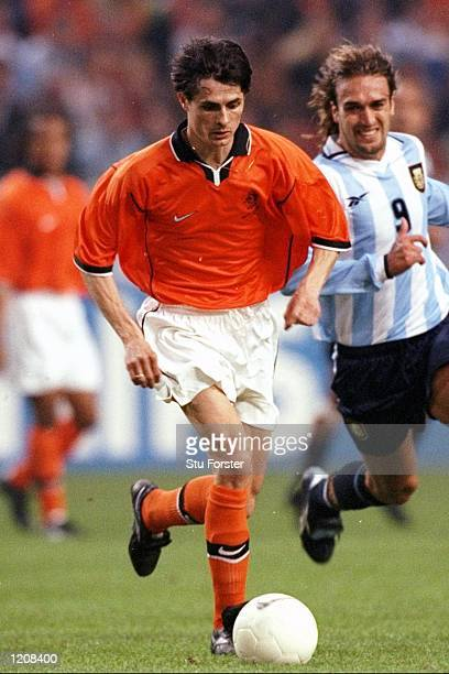 Kees van Wonderen of Holland is chased by Gabriel Batistuta of Argentina during the International Friendly at the Amsterdam ArenA in Holland...