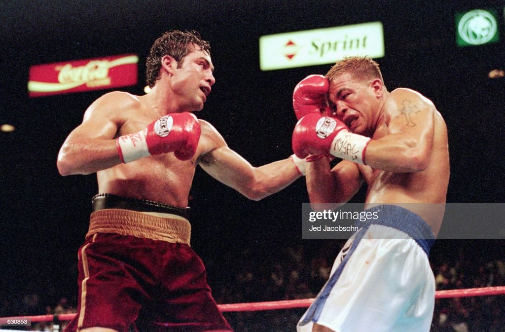 Oscar De La Hoya lands a left hook during the fight against Arturo Gatti at the MGM Grand Garden in Las Vegas, Nevada. Oscar De La Hoya defeated Arturo Gatti in a technical knockout in round five.Mandatory Credit: Jed Jacobsohn /Allsport