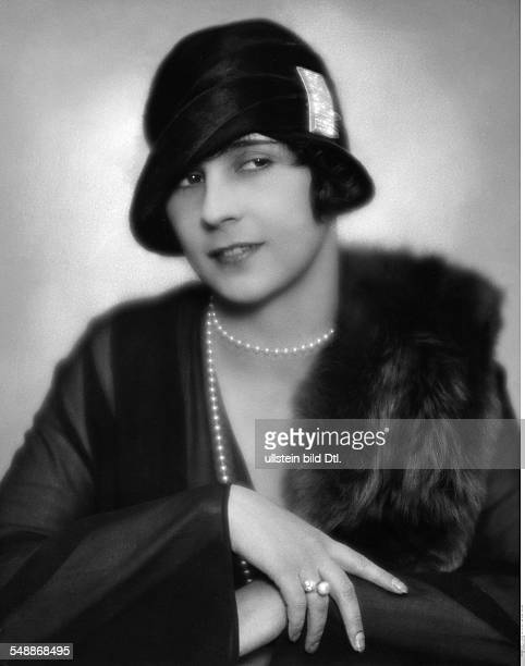 Mara Markhoff Actress Portrait hat with a fibula and pearl necklace 1927 Photographer Atelier Balasz Published by 'Die Dame' 06/December 1927 Vintage...