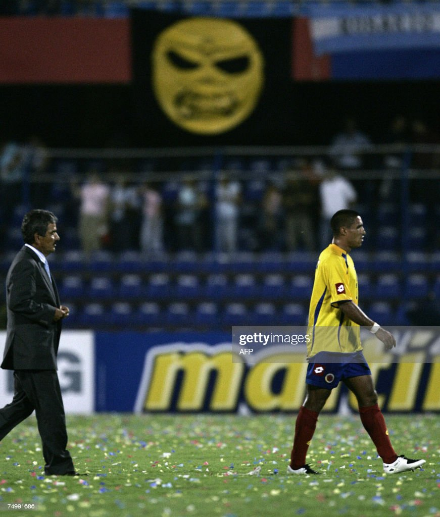 Ivan Cordoba (R) of Colombia, and coach <a gi-track='captionPersonalityLinkClicked' href=/galleries/search?phrase=Jorge+Luis+Pinto&family=editorial&specificpeople=2548389 ng-click='$event.stopPropagation()'>Jorge Luis Pinto</a>, leave the field showing dejection after losing to Argentina 4-2 in a Copa America football match at Pachencho Romero stadium in Maracaibo, 02 July 2007. AFP PHOTO/Alejandro PAGNI
