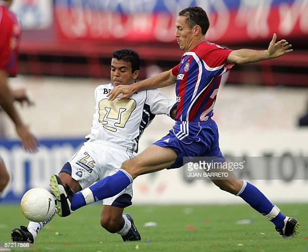 Martin Cardetti de Pumas de Mexico es marcado por Lucas Bovaglio de Union Atletico en partido de Copa Libertadores en Maracaibo el 30 de marzo del...