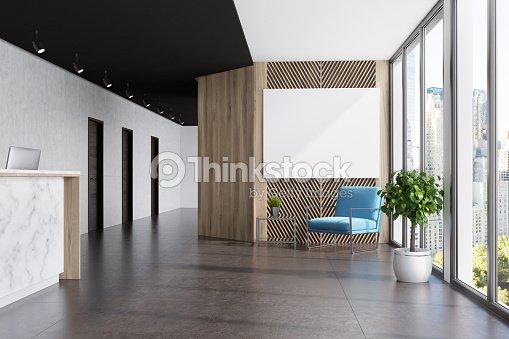 大理石および木製のエレベーター ホール、青いポスター : ストックフォト