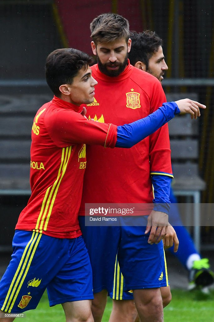 <a gi-track='captionPersonalityLinkClicked' href=/galleries/search?phrase=Marc+Bartra&family=editorial&specificpeople=6733759 ng-click='$event.stopPropagation()'>Marc Bartra</a> (L) and <a gi-track='captionPersonalityLinkClicked' href=/galleries/search?phrase=Gerard+Pique&family=editorial&specificpeople=227191 ng-click='$event.stopPropagation()'>Gerard Pique</a> of Spain talks during a training session on May 30, 2016 in Schruns, Austria.