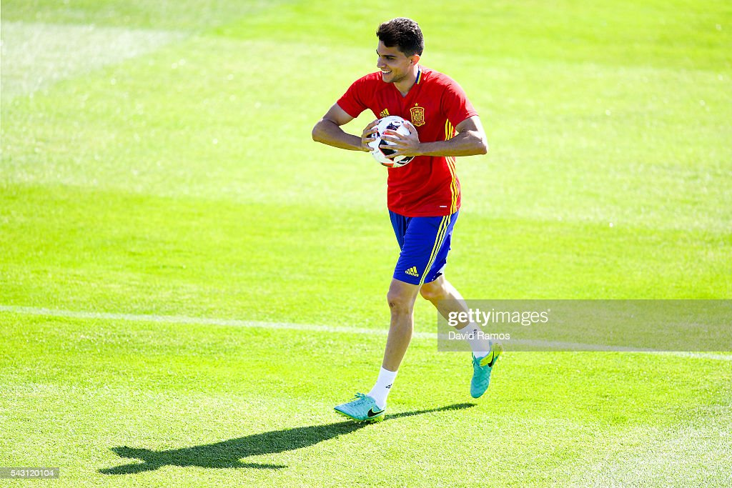 <a gi-track='captionPersonalityLinkClicked' href=/galleries/search?phrase=Marc+Bartra&family=editorial&specificpeople=6733759 ng-click='$event.stopPropagation()'>Marc Bartra</a> of Spain looks on during a training session ahead of their UEFA Euro 2016 round of 16 match against Italy at Complexe Sportif Marcel Gaillard on June 26, 2016 in La Rochelle, France.
