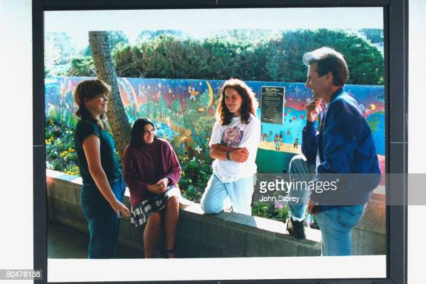Marc Klass father of kidnapmurder victim Polly Klaas chatting w her 3 friends Annette Schott Gillian Pelham Kate McLean in front of a mural they...