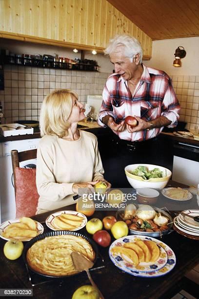 Marcel Amont et son épouse Marlène en train de cuisiner le 3 octobre 1998 à Pau France