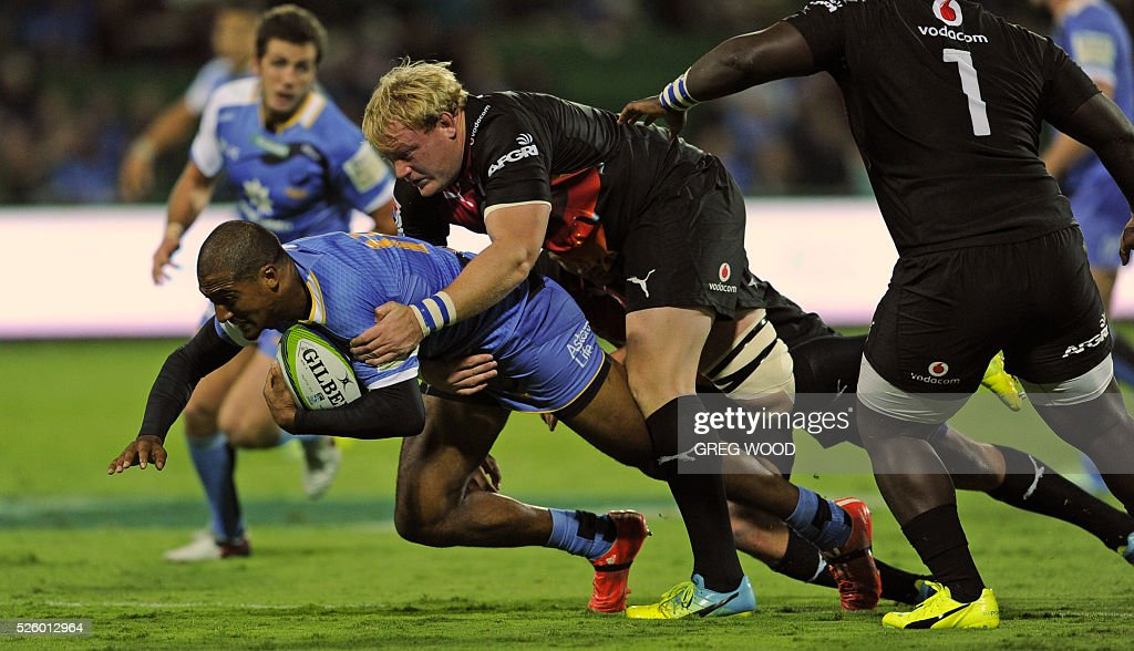 Marcel Brache (L) from Western Force attempts to break a tackle during the Super Rugby match between Australias Western Force and South Africas Bulls in Perth on April 29, 2016. AFP PHOTO / GREG WOOD--IMAGE RESTRICTED TO EDITORIAL USE NO COMMERCIAL USE-- / AFP / Greg Wood