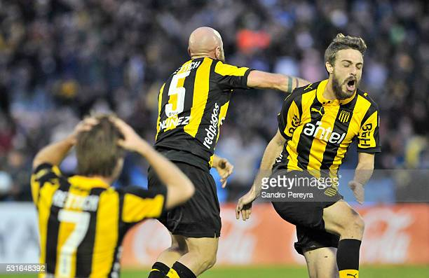 Marcel Novick of Peñarol celebrates with teammates after scoring the tying goal during a match between Peñarol and Nacional as part of Torneo...
