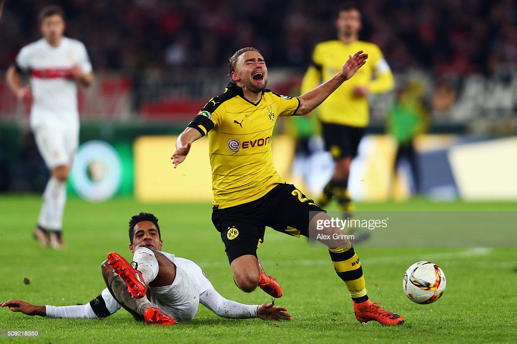 <a gi-track='captionPersonalityLinkClicked' href=/galleries/search?phrase=Marcel+Schmelzer&family=editorial&specificpeople=5443925 ng-click='$event.stopPropagation()'>Marcel Schmelzer</a> (R) of Dortmund is challenged by <a gi-track='captionPersonalityLinkClicked' href=/galleries/search?phrase=Daniel+Didavi&family=editorial&specificpeople=4409864 ng-click='$event.stopPropagation()'>Daniel Didavi</a> of Stuttgart during the DFB Cup Quarter Final match between VfB Stuttgart and Borussia Dortmund at Mercedes-Benz Arena on February 9, 2016 in Stuttgart, Germany.