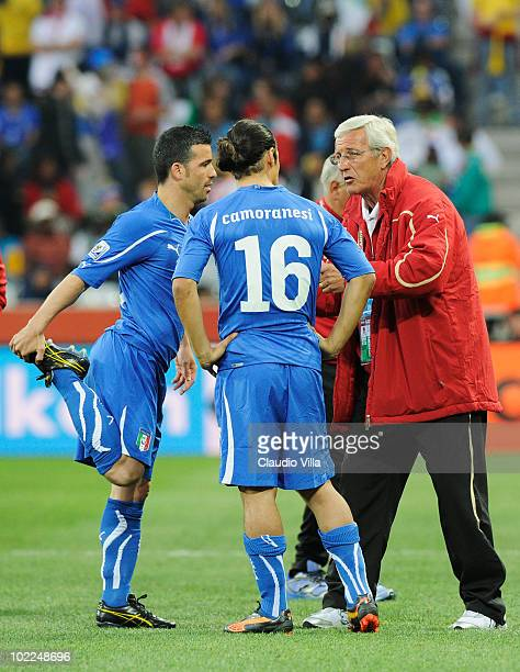Marcello Lippi head coach of Italy speaks with Antonio Di Natale and Mauro Camoranesi of Italy during the 2010 FIFA World Cup South Africa Group F...