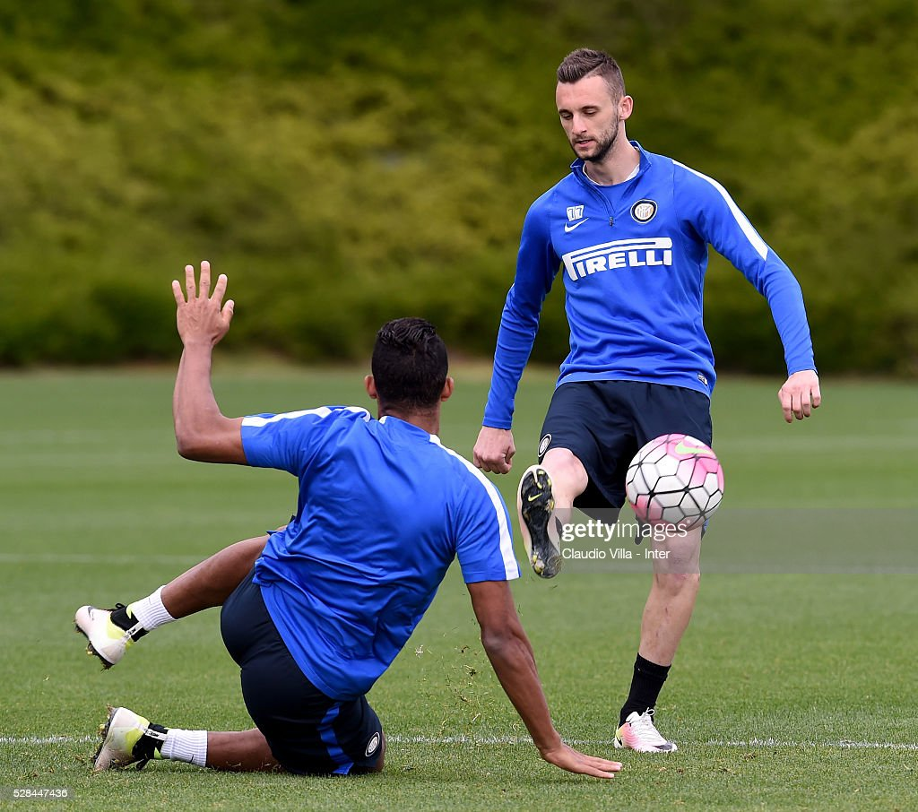 Marcelo Brozovic (R) and Juan Jesus compete for the ball during the FC Internazionale training session at the club's training ground at Appiano Gentile on May 5, 2016 in Como, Italy.