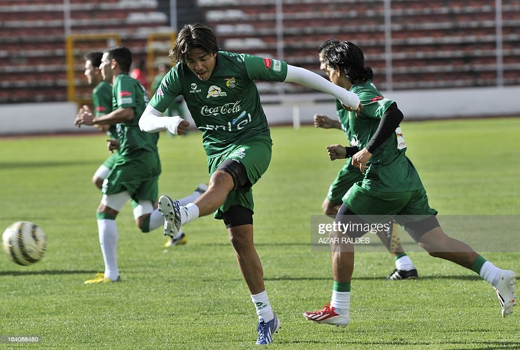 Marcelo Martins (C), takes part in a training session of the Bolivian national football team in La Paz on March 19, 2013. Bolivia will face Colombia on march 22 and Argentina on march 26 in matches of the Brazil 2014 FIFA World Cup South American qualifier.