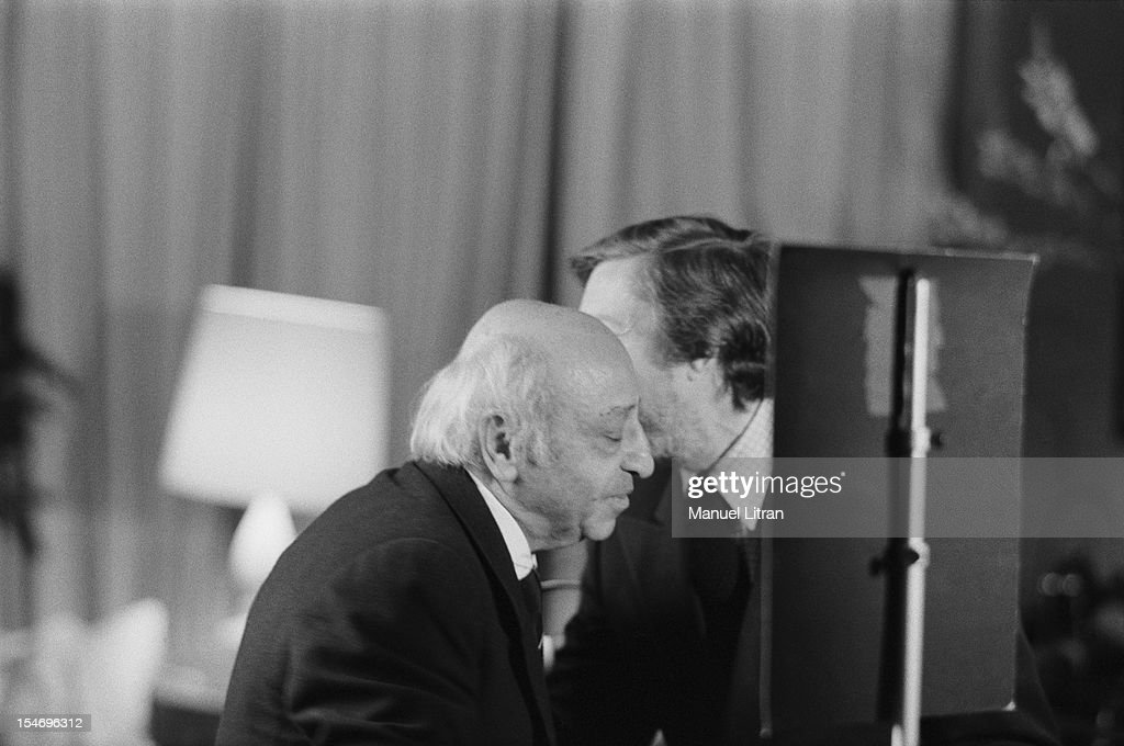 March 1981 - Roger THEROND Seance photo by <a gi-track='captionPersonalityLinkClicked' href=/galleries/search?phrase=Yousuf+Karsh&family=editorial&specificpeople=241481 ng-click='$event.stopPropagation()'>Yousuf Karsh</a> - Roger THEROND speaking has the ear of the photographer.