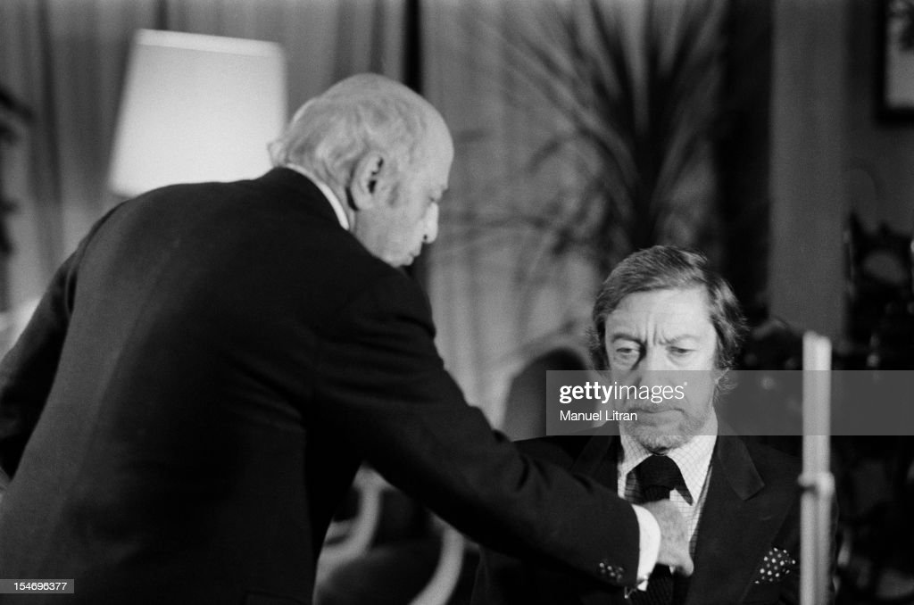 March 1981 - Seance photo by Roger THEROND - photographer <a gi-track='captionPersonalityLinkClicked' href=/galleries/search?phrase=Yousuf+Karsh&family=editorial&specificpeople=241481 ng-click='$event.stopPropagation()'>Yousuf Karsh</a> straightening necktie knot Roger THEROND.
