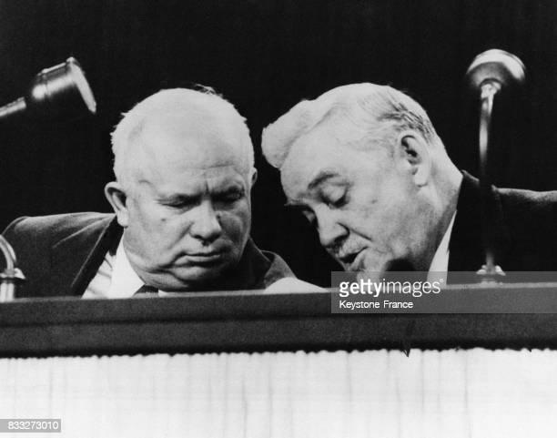 Maréchal Boulganine et Monsieur Khrouchtchev durant la conférence de presse à Londres RoyaumeUni le 27 avril 1956