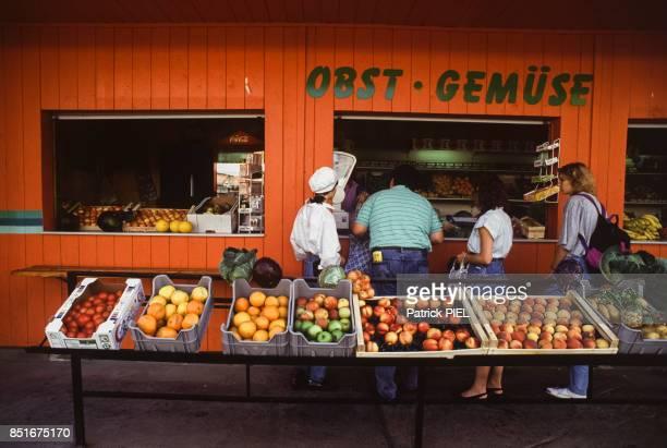 Marchand de fruits et légumes à Leipzig un an après la réunification en septembre 1991 Allemagne