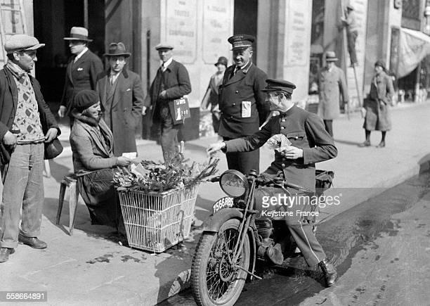 Marchande de muguet dans les rues de Paris France le 1 mai 1931