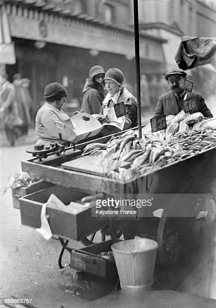 Marchande de poisson dans les rues de Paris France le 3 avril 1931