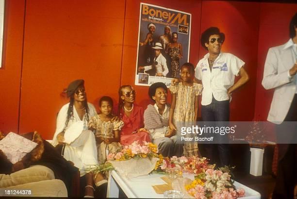 Marcia Barrett Maizie Williams Liz Mitchell Sängerinnen der Musikgruppe 'Boney M' Bobby Farrell Pressekonferenz in Kenia Kind Kinder Sonnenbrille...