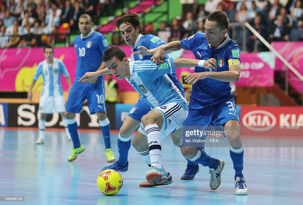 Marcio Forte of Italy tries to tackle Maximiliano Rescia of Argentina during the FIFA Futsal World Cup Thailand 2012, Group D match between Argentina and Italy at Nimibutr Stadium on November 5, 2012 in Bangkok, Thailand.