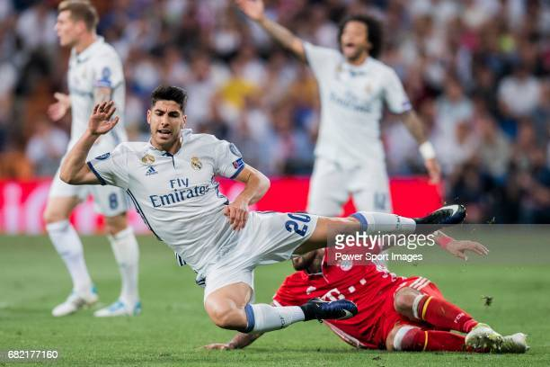 Marco Asensio Willemsen of Real Madrid gets tripped as he fights for the ball with Arturo Vidal of FC Bayern Munich during their 201617 UEFA...