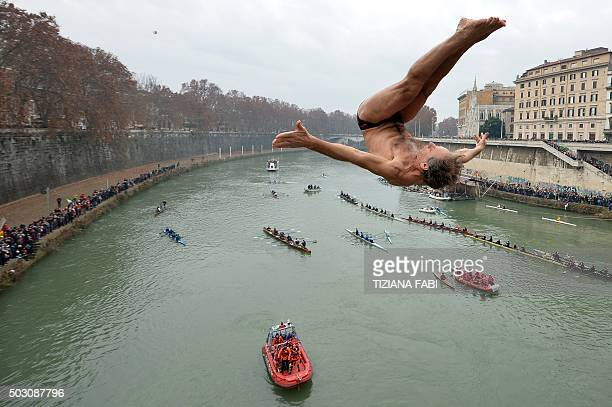 Marco Fois of Italy dives in the Tiber river as part of the traditional New Year's celebrations on January 1 2016 in Rome AFP PHOTO / TIZIANA FABI /...