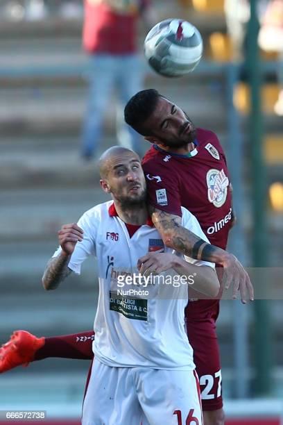 Marco Guidone attaccante dell'AC Reggiana in contrasto con Carlo Ilari centrocampista del Teramo Calcio 1913 durante la gara di Lega Pro girone B tra...