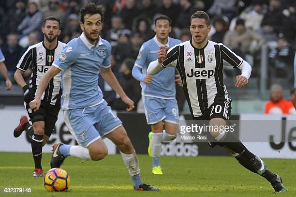 Marco Parolo of SS Lazio compete for the ball with Marko Pjaca of Juventus FC during the Serie A match between Juventus FC and SS Lazio at Juventus...