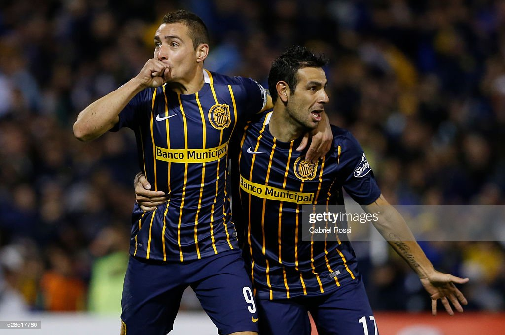 Marco Ruben of Rosario Central (L) and German Herrera (R) celebrate their team's first goal during a second leg match between Rosario Central and Gremio as part of Copa Bridgestone Libertadores 2016 as part of round of 16 of Copa Bridgestone Libertadores 2016 at Gigante de Arroyito Stadium on May 05, 2016 in Rosario, Argentina.