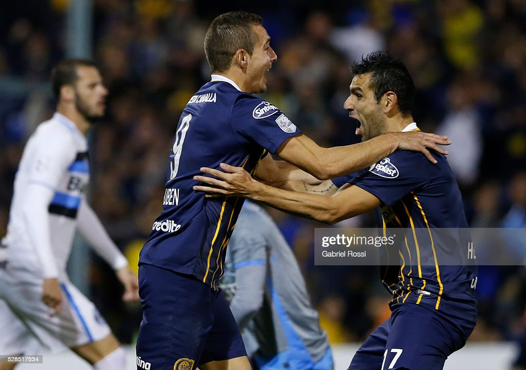Marco Ruben of Rosario Central (L) and teammates celebrate their team's first goal during a second leg match between Rosario Central and Gremio as part of Copa Bridgestone Libertadores 2016 as part of round of 16 of Copa Bridgestone Libertadores 2016 at Gigante de Arroyito Stadium on May 05, 2016 in Rosario, Argentina.