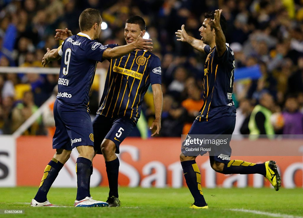 Marco Ruben of Rosario Central and teammates celebrate their team's second goal during a second leg match between Rosario Central and Gremio as part of Copa Bridgestone Libertadores 2016 as part of round of 16 of Copa Bridgestone Libertadores 2016 at Gigante de Arroyito Stadium on May 05, 2016 in Rosario, Argentina.