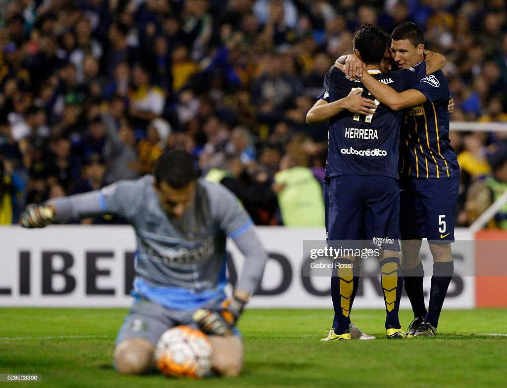 <a gi-track='captionPersonalityLinkClicked' href=/galleries/search?phrase=Marco+Ruben&family=editorial&specificpeople=4184559 ng-click='$event.stopPropagation()'>Marco Ruben</a> of Rosario Central and teammates celebrate their team's second goal during a second leg match between Rosario Central and Gremio as part of Copa Bridgestone Libertadores 2016 as part of round of 16 of Copa Bridgestone Libertadores 2016 at Gigante de Arroyito Stadium on May 05, 2016 in Rosario, Argentina.