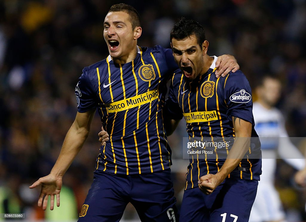 Marco Ruben of Rosario Central and teammates celebrate their team's first goal during a second leg match between Rosario Central and Gremio as part of Copa Bridgestone Libertadores 2016 as part of round of 16 of Copa Bridgestone Libertadores 2016 at Gigante de Arroyito Stadium on May 05, 2016 in Rosario, Argentina.