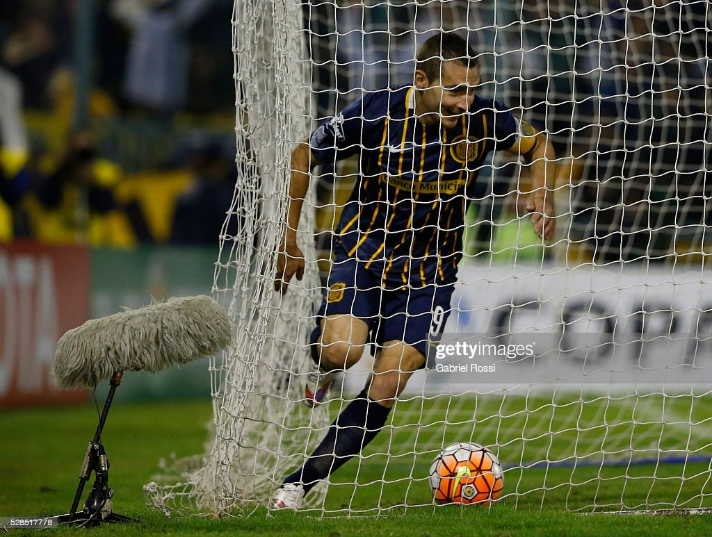 Marco Ruben of Rosario Central celebrates after scoring his team's first goal during a second leg match between Rosario Central and Gremio as part of Copa Bridgestone Libertadores 2016 as part of round of 16 of Copa Bridgestone Libertadores 2016 at Gigante de Arroyito Stadium on May 05, 2016 in Rosario, Argentina.
