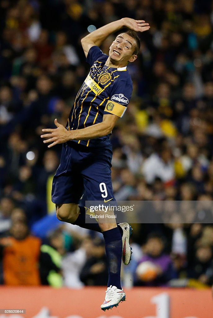 Marco Ruben of Rosario Central celebrates after scoring the second goal of his team during a second leg match between Rosario Central and Gremio as part of Copa Bridgestone Libertadores 2016 as part of round of 16 of Copa Bridgestone Libertadores 2016 at Gigante de Arroyito Stadium on May 05, 2016 in Rosario, Argentina.