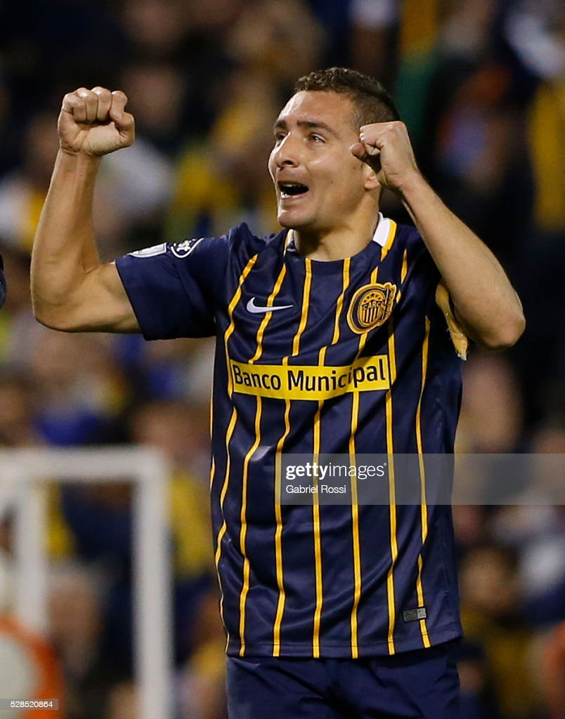 Marco Ruben of Rosario Central celebrates his team's second goal during a second leg match between Rosario Central and Gremio as part of Copa Bridgestone Libertadores 2016 as part of round of 16 of Copa Bridgestone Libertadores 2016 at Gigante de Arroyito Stadium on May 05, 2016 in Rosario, Argentina.