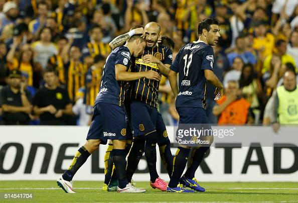 Marco Ruben of Rosario Central celebrates with teammates after scoring the opening goal during a match between Rosario Central and River Plate as...