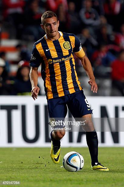Marco Ruben of Rosario Central drives the ball during a match between Estudiantes and Rosario Central as part of 10th round of Torneo Primera...