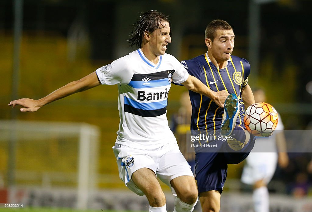 <a gi-track='captionPersonalityLinkClicked' href=/galleries/search?phrase=Marco+Ruben&family=editorial&specificpeople=4184559 ng-click='$event.stopPropagation()'>Marco Ruben</a> of Rosario Central fights for the ball with Geromel of Gremio during a second leg match between Rosario Central and Gremio as part of Copa Bridgestone Libertadores 2016 as part of round of 16 of Copa Bridgestone Libertadores 2016 at Gigante de Arroyito Stadium on May 05, 2016 in Rosario, Argentina.