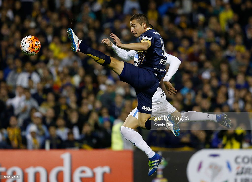 Marco Ruben of Rosario Central kicks the ball to score the first goal of his team during a second leg match between Rosario Central and Gremio as part of Copa Bridgestone Libertadores 2016 as part of round of 16 of Copa Bridgestone Libertadores 2016 at Gigante de Arroyito Stadium on May 05, 2016 in Rosario, Argentina.