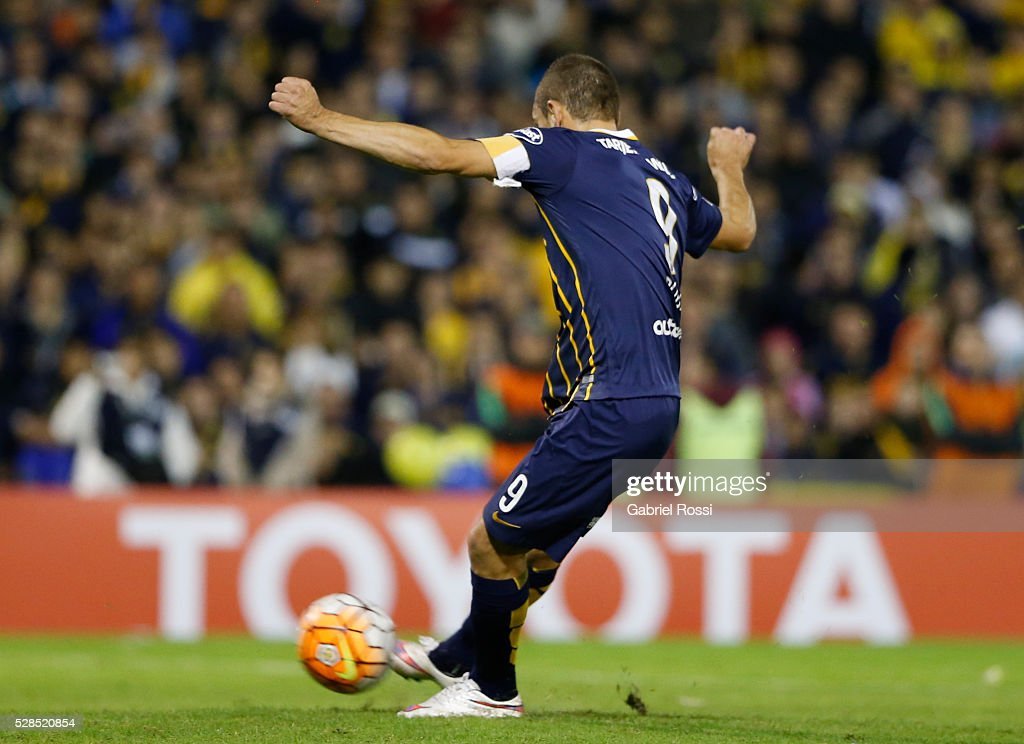Marco Ruben of Rosario Central kicks the penalty to score the second goal of his team during a second leg match between Rosario Central and Gremio as part of Copa Bridgestone Libertadores 2016 as part of round of 16 of Copa Bridgestone Libertadores 2016 at Gigante de Arroyito Stadium on May 05, 2016 in Rosario, Argentina.
