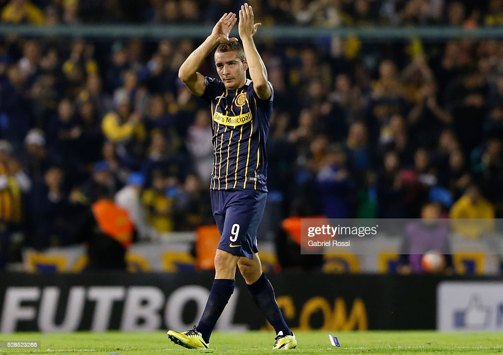 <a gi-track='captionPersonalityLinkClicked' href=/galleries/search?phrase=Marco+Ruben&family=editorial&specificpeople=4184559 ng-click='$event.stopPropagation()'>Marco Ruben</a> of Rosario Central leaves the filed during a second leg match between Rosario Central and Gremio as part of Copa Bridgestone Libertadores 2016 as part of round of 16 of Copa Bridgestone Libertadores 2016 at Gigante de Arroyito Stadium on May 05, 2016 in Rosario, Argentina.