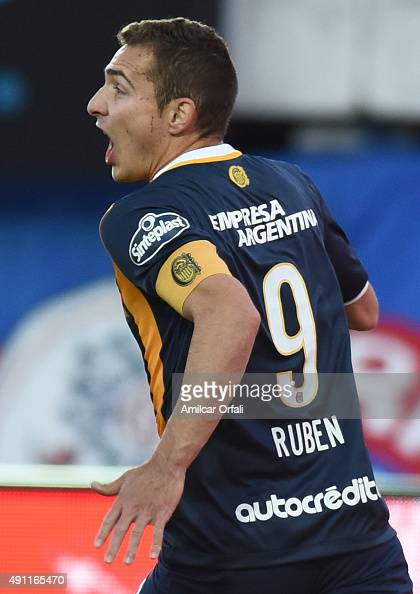 Marco Ruben of Rosario Central takes penalty to score the first goal of his team during a match between San Lorenzo and Rosario Central as part of...
