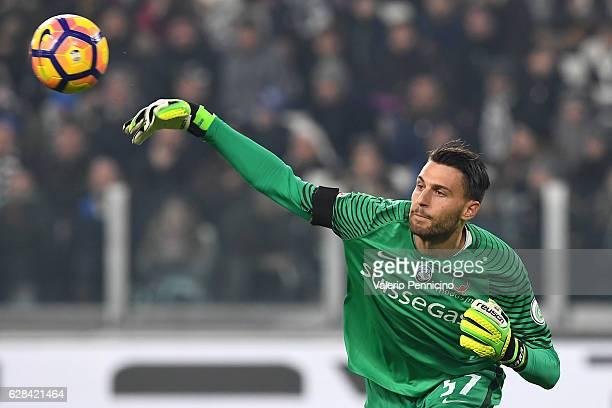 Marco Sportiello of Atalanta BC throws the ball during the Serie A match between Juventus FC and Atalanta BC at Juventus Stadium on December 3 2016...