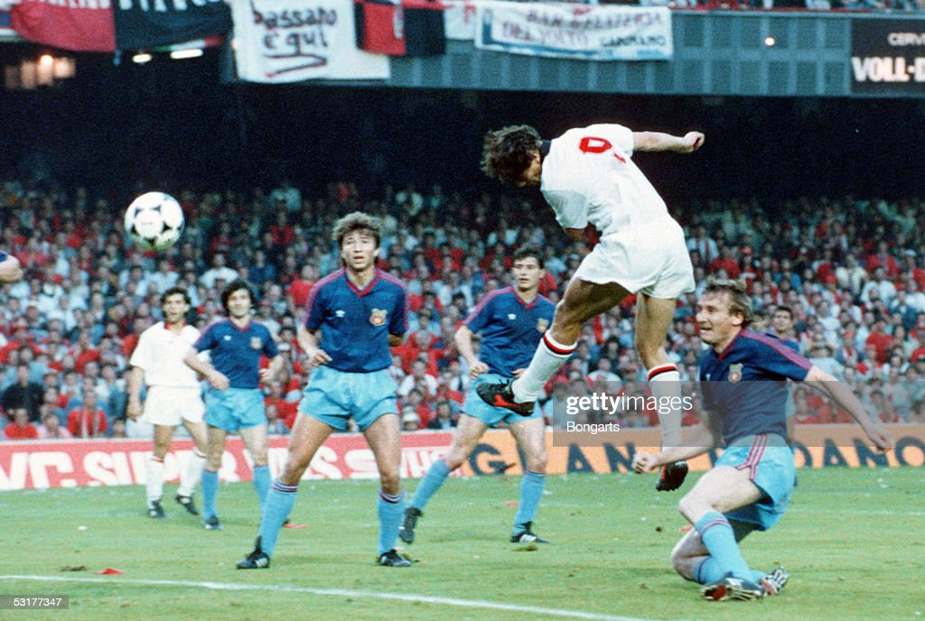 Marco Van Basten of AC Milan scores the 2nd goal during the European Cup Final match against Steaua Bucuresti at Nou Camp in Barcelona Spain AC Milan...