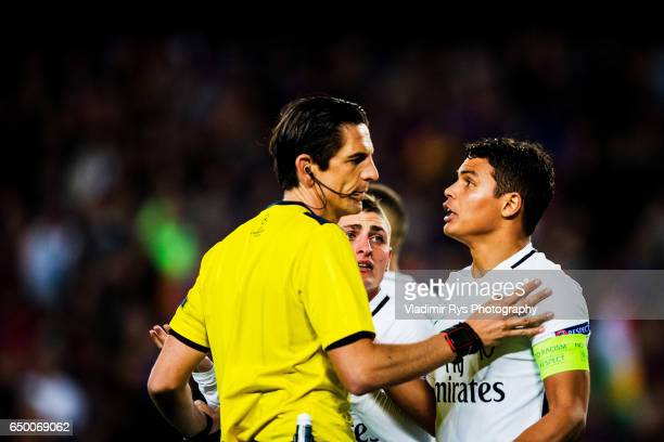 Marco Verratti and Thiago Silva of PSG discuss with referee Deniz Aytekin after his call on a penalty kick during the UEFA Champions League Round of...