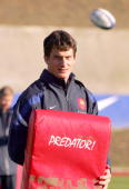 French center Yannick Jauzion practices 10 November 2005 during a training session at the Rugby Union National Center in Marcoussis French players...