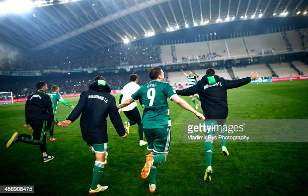 Marcus Berg of Panathinaikos celebrates with his team mates after the final whistle of the Greek Cup Final match between PAOK and Panathinaikos FC at...