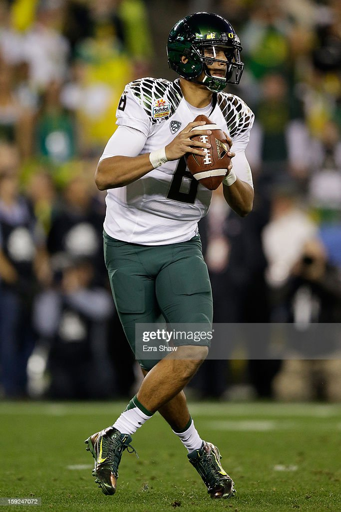 Marcus Mariota #8 of the Oregon Ducks looks to pass against the Kansas State Wildcats during the Tostitos Fiesta Bowl at University of Phoenix Stadium on January 3, 2013 in Glendale, Arizona.